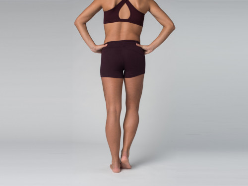 Article de Yoga Short de yoga 95% coton Bio et 5% Lycra Prune
